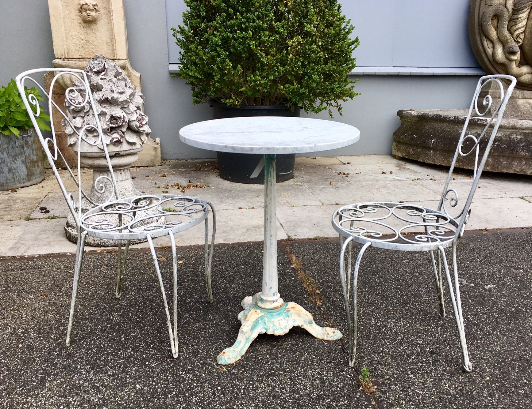 Antiek tuinsetje van tafel met twee stoelen