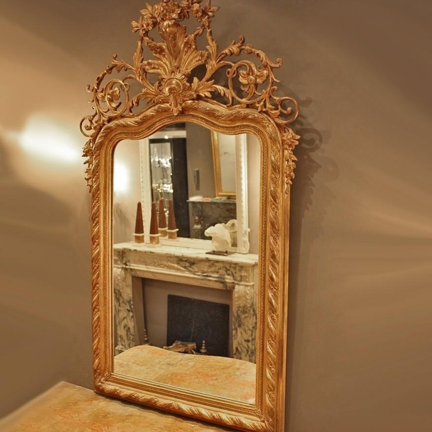 Antieke rijk bewerkte en vergulde spiegel