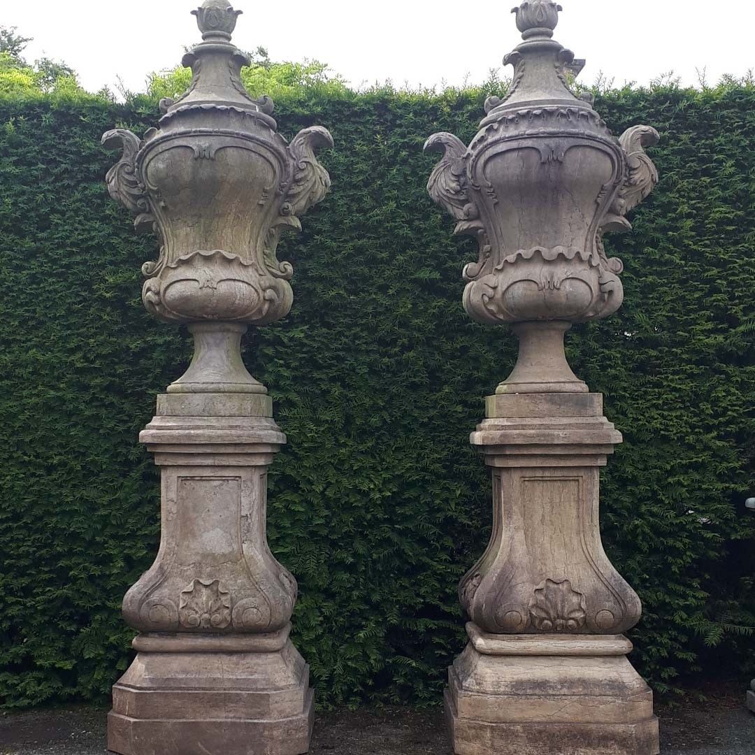 Rijk gedecoreerde natuurstenen tuinvazen op sokkel