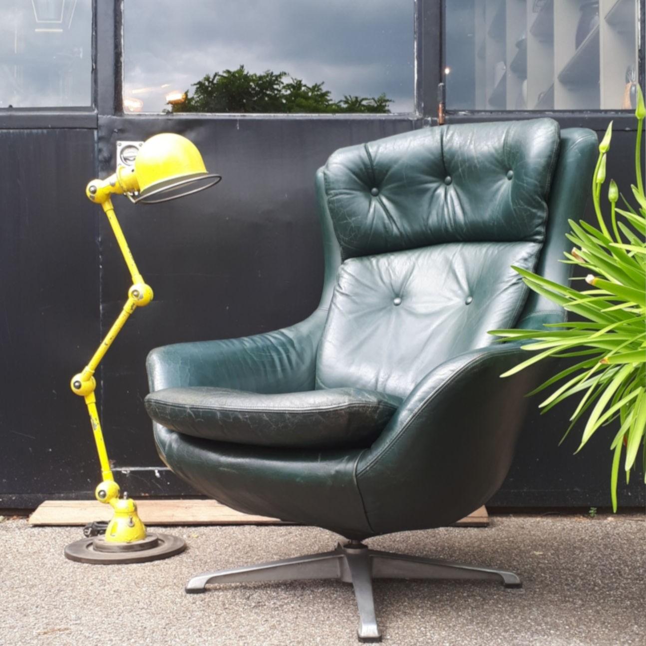 vintage-draai-fauteuil-groen-leer-op-stalen-voet-met-gele-industriele-lamp