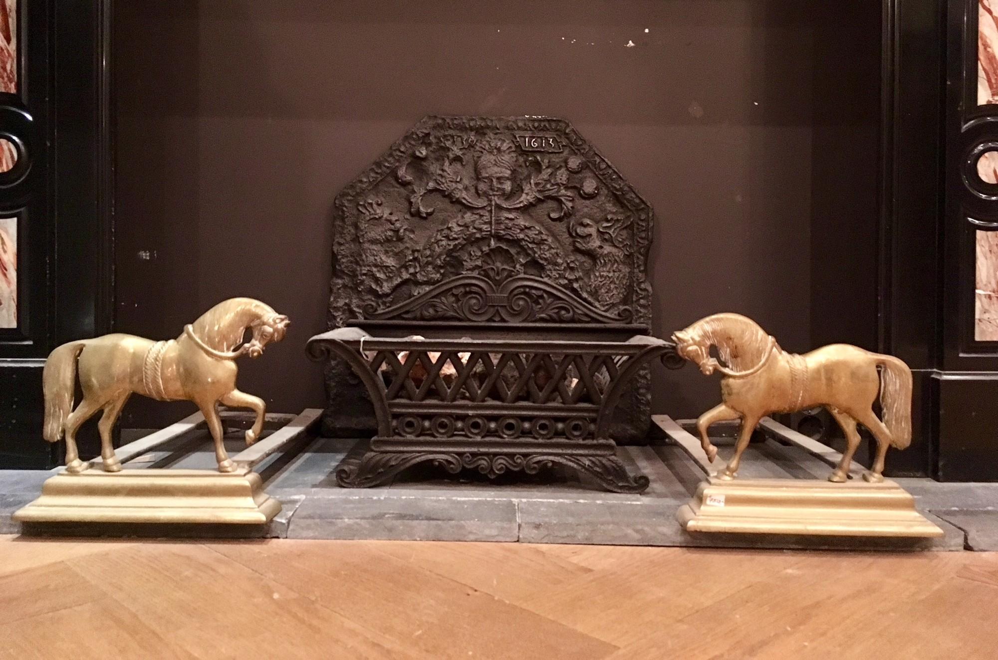 Antieke vuurbokken met paardjes