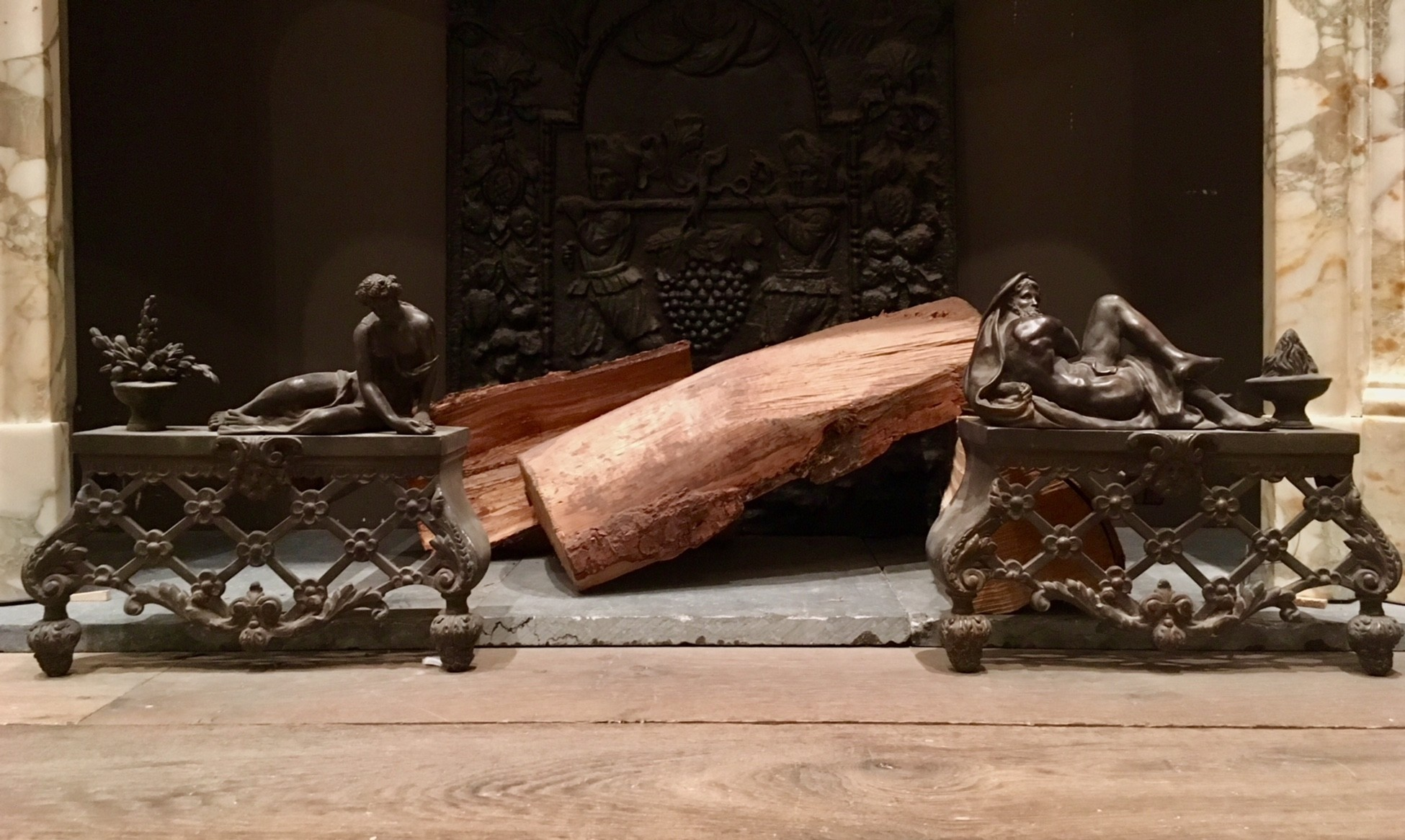 Antieke vuurbokken met personificatie van de zomer en de winter