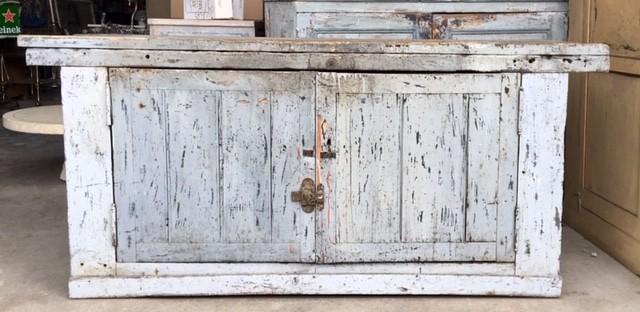 Grijs geverfde werkbank met deuren met een mooi patina