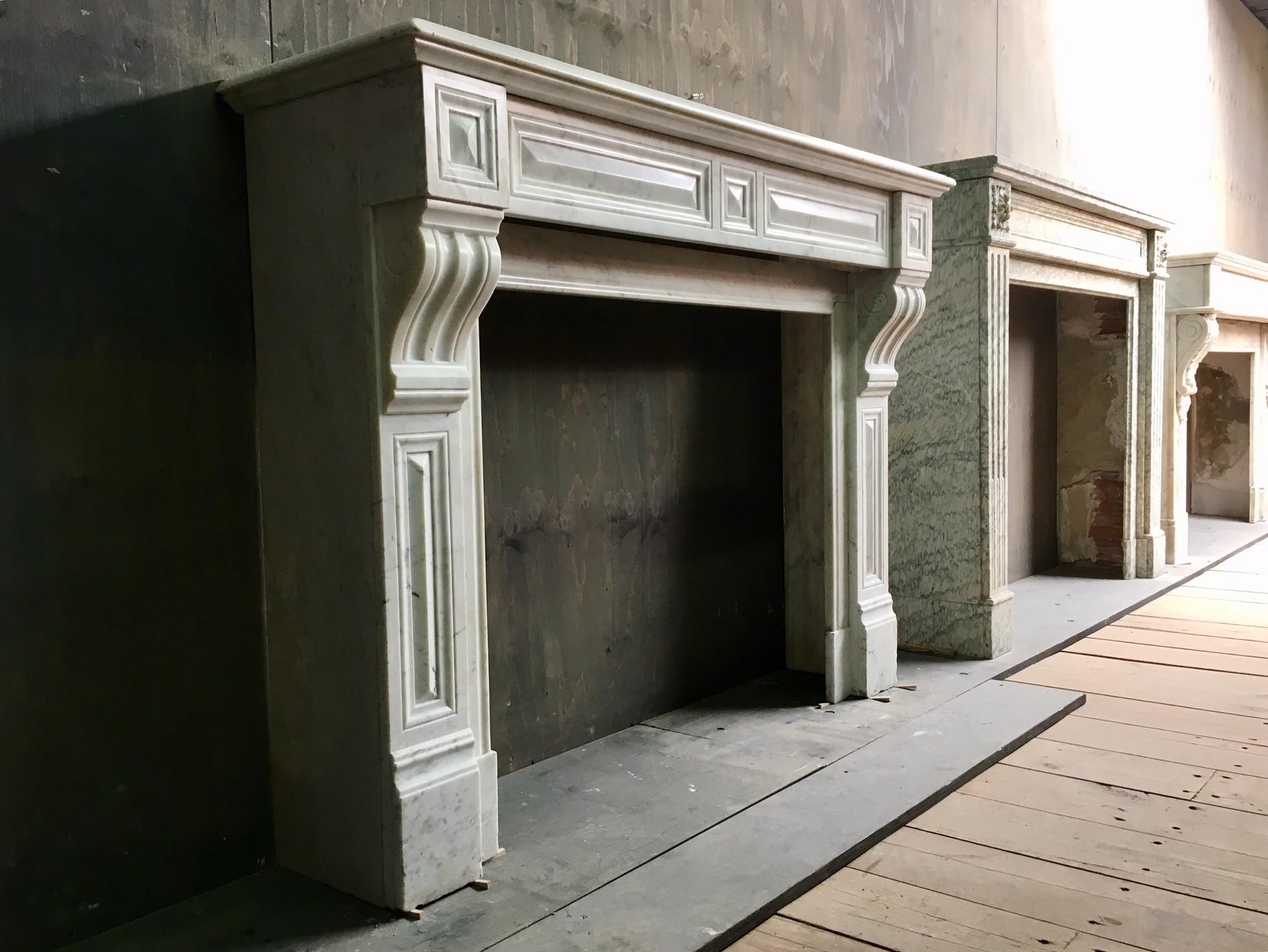 Antieke 19de eeuwse schouw van Carrara marmer