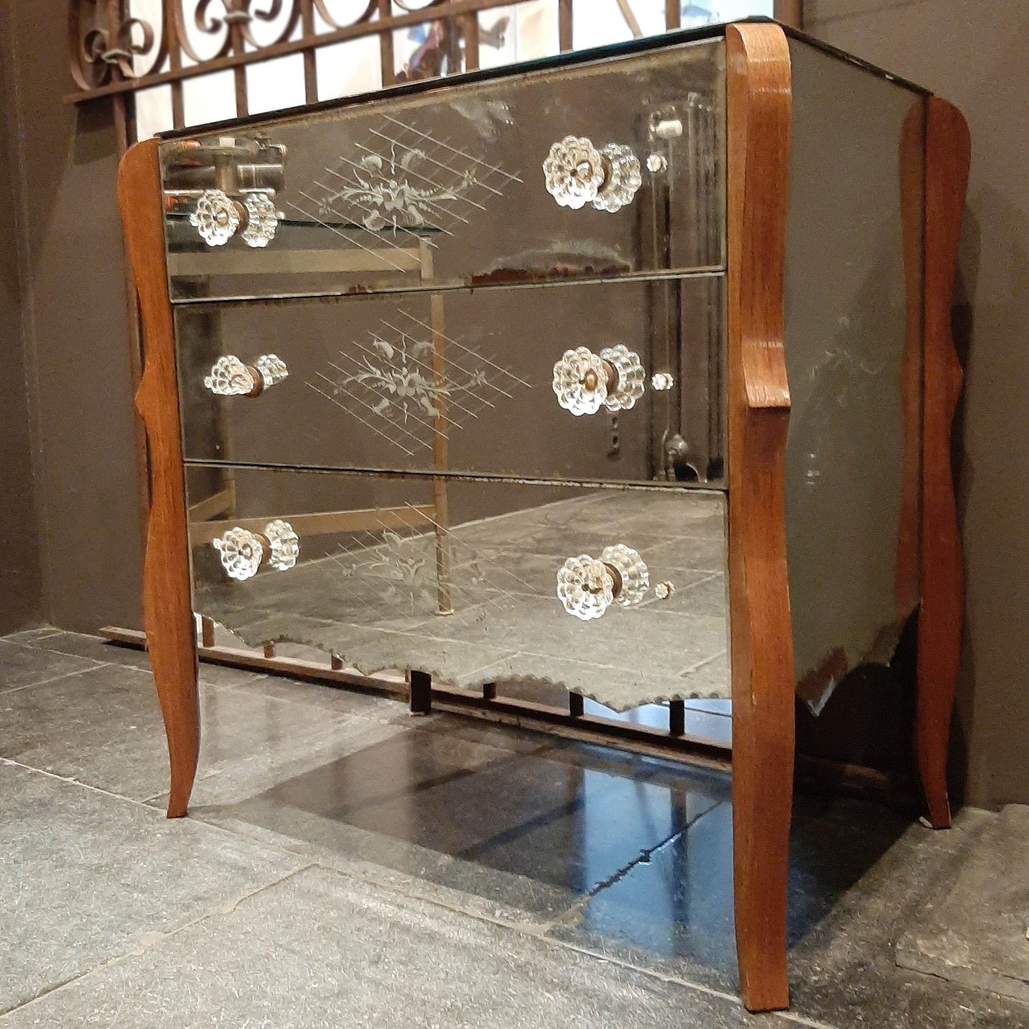 Oud Frans ladenkastje met spiegelglas