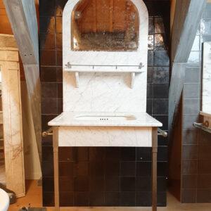 Oud marmeren wastafelmeubel met spiegel